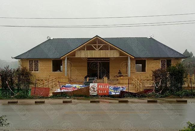 合成树脂瓦加木板,乡村特色木屋民宿建起来