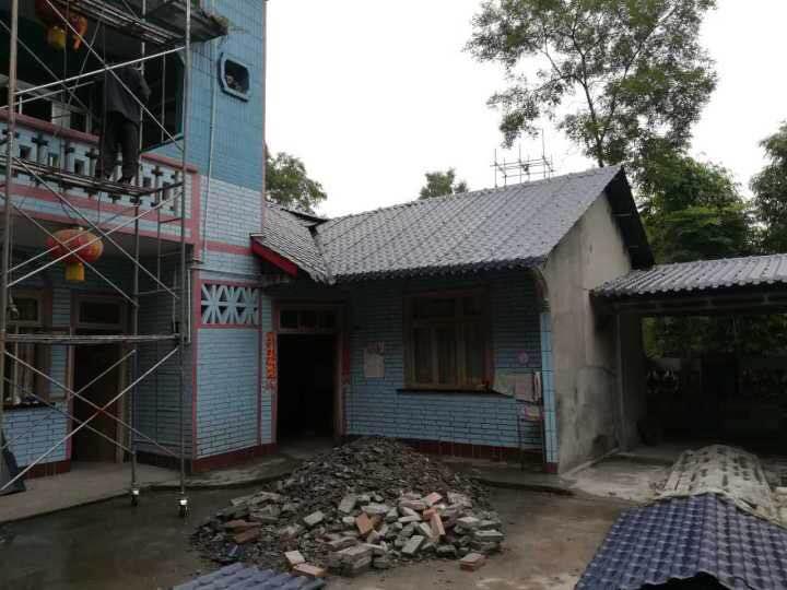 北方两面坡屋顶几分水漂亮?采用合成树脂瓦材料