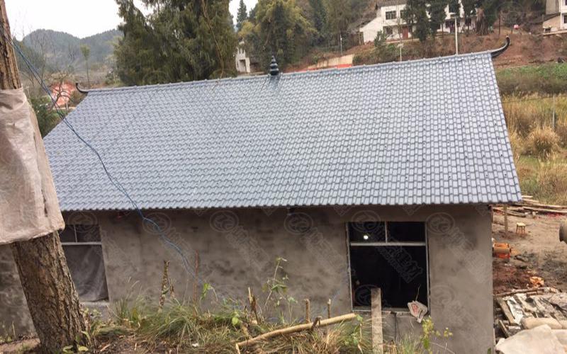 遂宁蓬溪县板桥乡胡先生家的树脂瓦屋面瓦安装效果图