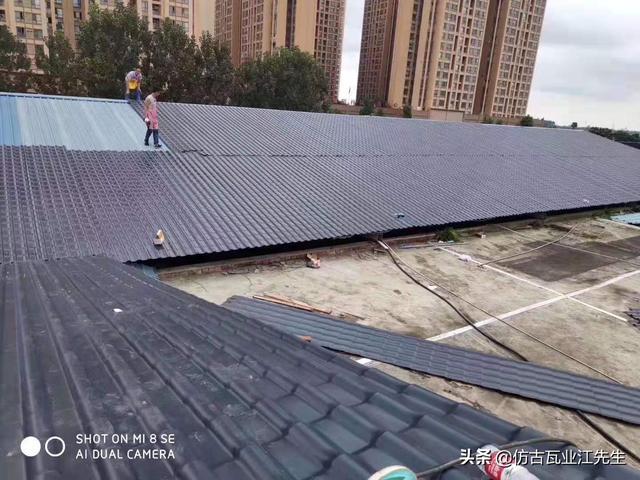 彩钢瓦已经被树脂瓦所取代,龙泉驿区的这些屋顶已经发生了很大的