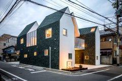 """绿色屋面瓦覆盖的日本""""housecut""""住宅"""