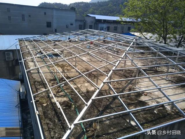 你用琉璃瓦还是万博官网manbetx电脑版瓦在农村建造倾斜的屋顶?看看内部人士的经验