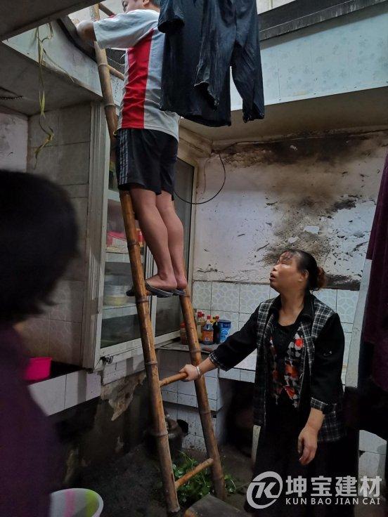 青白江老房翻新树脂瓦,灾情后续老党员上门查看