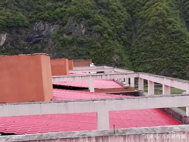 湖北青海关防乡九年一贯制学校教师爱心公寓铺设合成树脂瓦